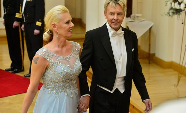 Pia ja Matti Nykänen jännittivät ennakkoon presidenttiparin kättelyä.