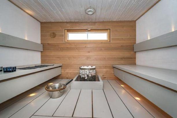 Harmaata, valkoista ja lämpökäsiteltyä puuta. Oletko ennen nähnyt harmaata saunaa?
