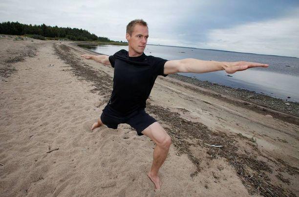 Pekka Rinne joogaa soturina oululaisrannalla.