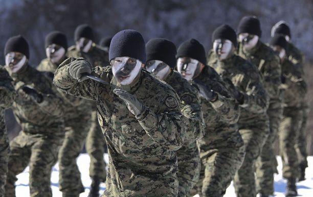 Etelä-Korea on panostanut puolustusbudjettiinsa Pohjois-Korean uhan vuoksi. Kuvassa erikoisjoukkojen sotilaita Pyeong Changin talvileirillä.