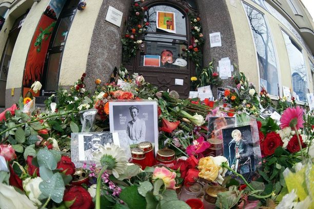 Bowien entiselle studiolle Berliinissä on tuotu valtavasti kukkia. Studiolla järjestettiin myös muistotilaisuus.