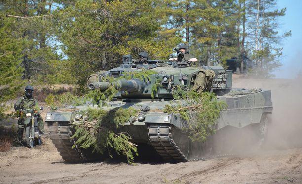 Suomalainen Leopard 2A4 taistelupanssarivaunu etenemässä asemaan.