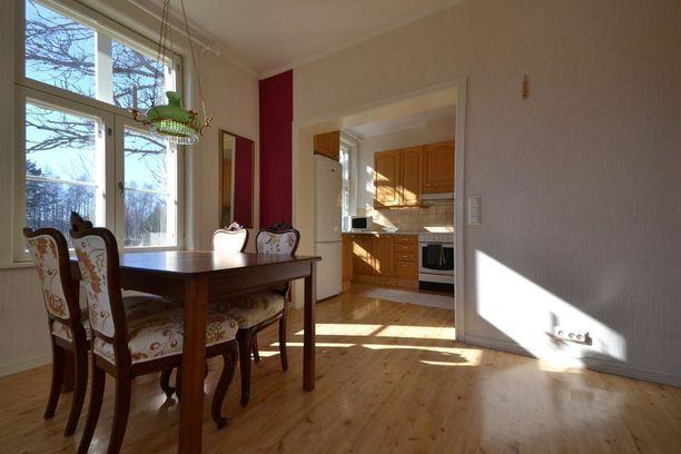 Asumistilaa on sisustettu näyttävillä huonekaluilla. Vanha ja moderni yhdistyvät kiinnostavasti.