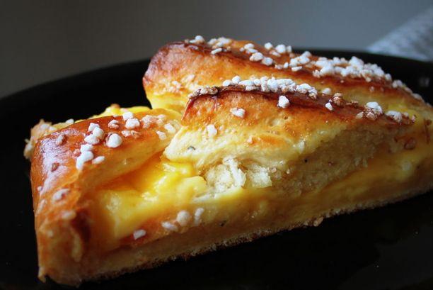 Vasta leivottua pullaa herkullisella omena-vaniljatäytteellä.