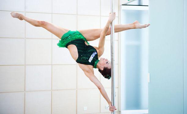 Tankotanssitaiteilija Henriikka Roo valmistelee parhaillaan Parsifal-esitystä, jossa akrobatia yhdistyy juonelliseen tarinaan.