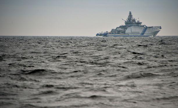 Merivoimien ja merivartioston alukset kiertelivät Helsingin edustalla tiistaina.