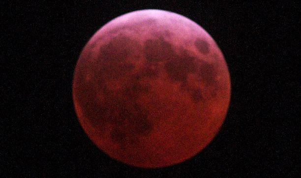 Pimennyksessä kuu nähdään upean verenpunaisena.
