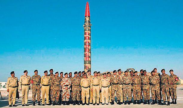 JÄRJETÖN FALLOSSYMBOLI Pakistanilaismiehet esittelivät eilen ylpeydenaihettaan, ballistista ohjusta, jossa voidaan käyttää ydinkärkeä, ennen testilaukaisua tuntemattomassa kohteessa.