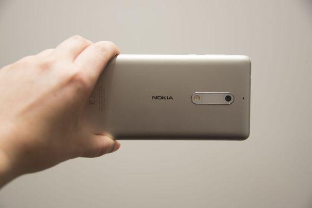 Nokia 5 on muotoilultaan hyvin samantyyppinen kuin takavuosien Lumia-mallit.