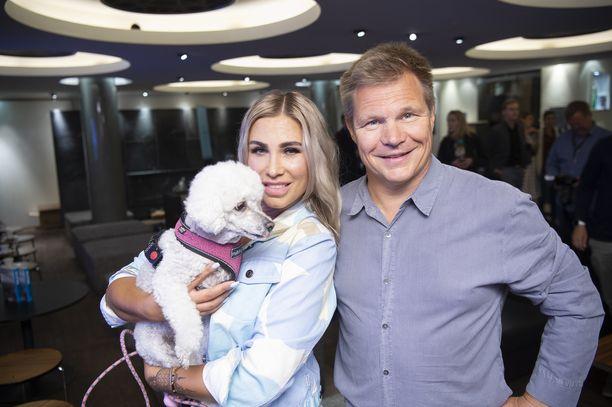 Elli-koira, Henna Pihlaja ja Mika Salo vuonna 2019. Salo asuu Tallinnassa.