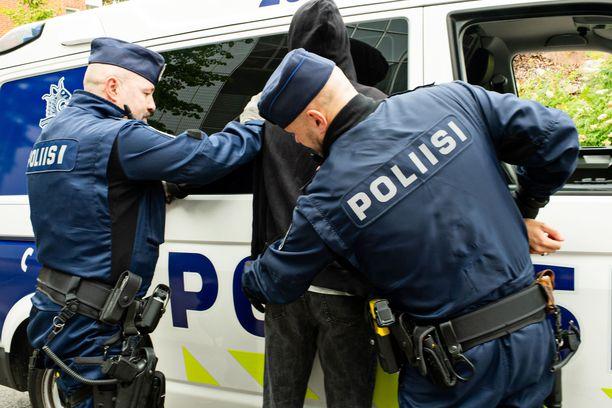Poliisi kertoo, että autoa kuljettanut teinipoika pääsi yöksi poliisin suojiin. Kuvituskuva.