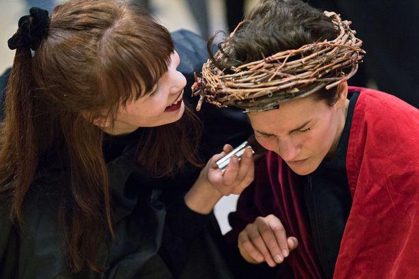 """""""Laitetaanko vähän sminkkiä sullekkin?"""", kysyy Pilatusta esittävä Tuulia Eloranta Jeesukselta."""