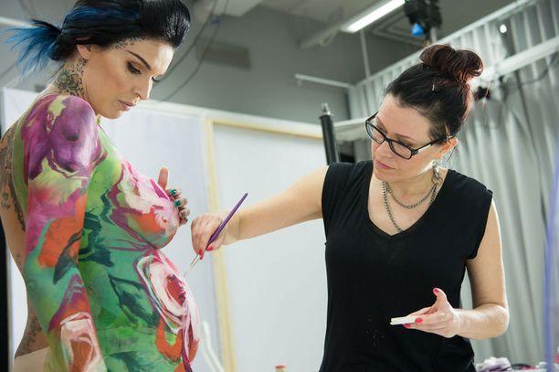 Body painting taiteilija Riina Laine maalasi Sinin iholle upean värikkään luomuksen.