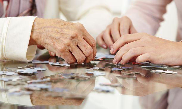 Alzheimerin taudille on tyypillistä uuden oppimisen vaikeus ja lähimuistin heikentyminen.