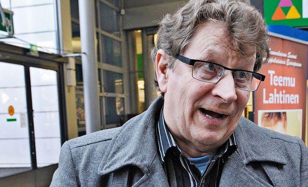 Espoon Sinisten puheenjohtaja ja entinen uutisankkuri Seppo Huhta kiistää häirintäsyytökset jyrkästi.