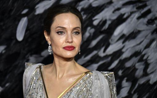 Angelina Jolie liittyi Instagramiin tärkeällä viestillä – rikkoi heti ennätyksen