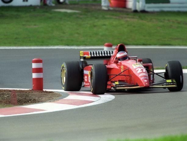 Myynnissä olevan moottorin kuva on varastettu ja sille on kirjattu väärä vuosiluku. Kuvan moottori oli käytössä Ferrarin vuoden 1995 F1-autossa (kuvassa). Jutun kuvassa autoa kuljettaa Jean Alesi.