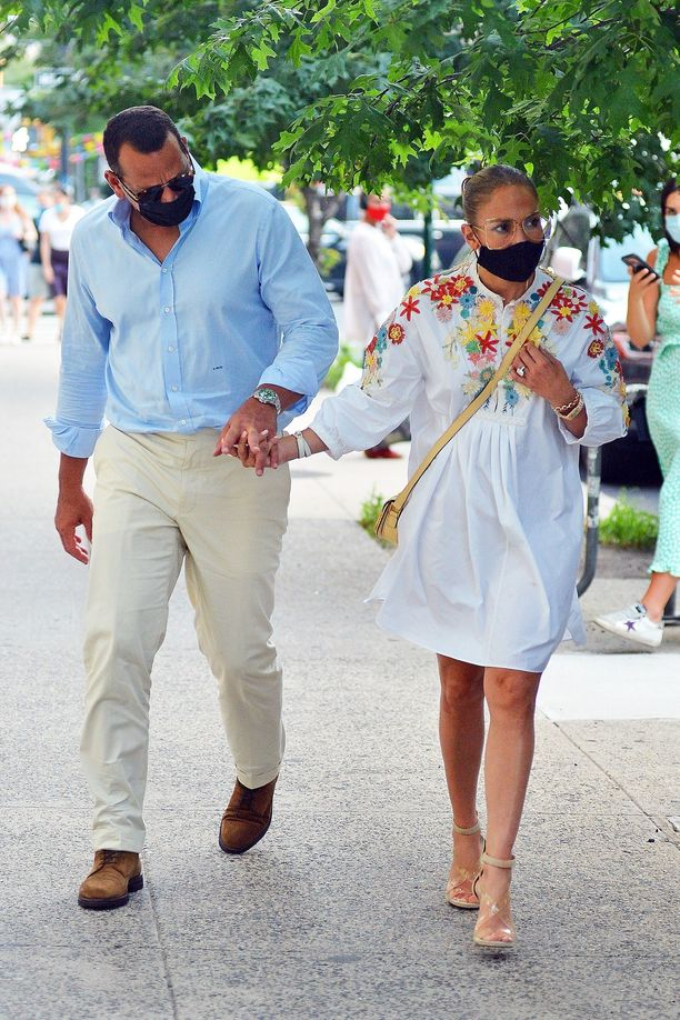 Alex Rodriguez ja Jennifer Lopez suuntasivat illalliselle kesäisen tyylikkäinä.