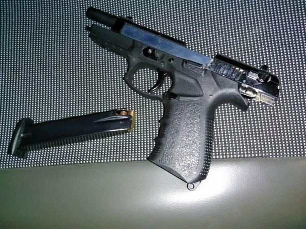 Kiinnioton yhteydessä löytynyt ase.
