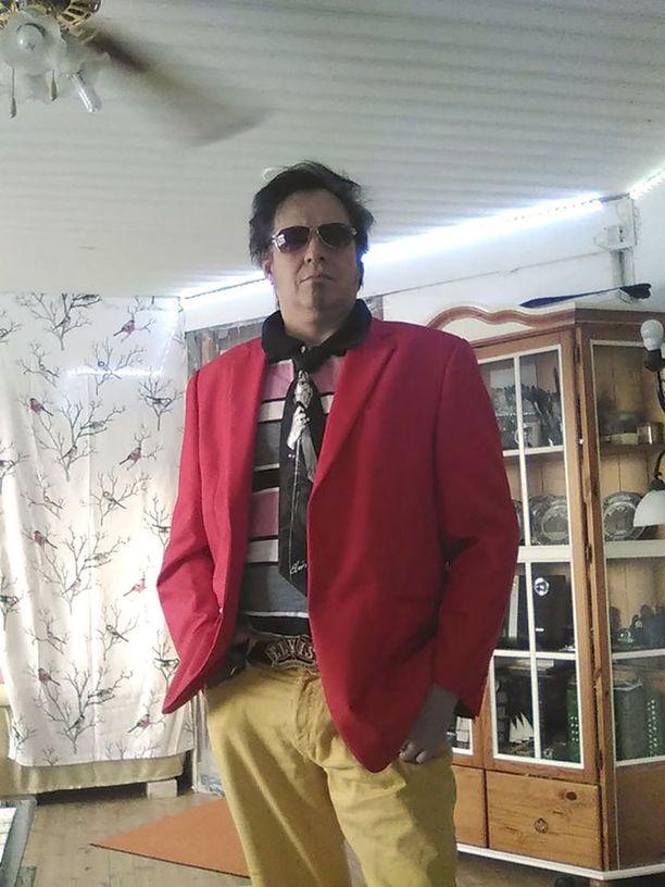 Elvis Eric Aaron Göös pukeutuu mielellään värikkäisiin vaatteisiin.