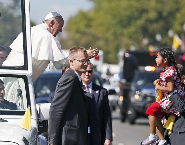 Paavi Franciscus tervehti hymyilleen Sophieta.