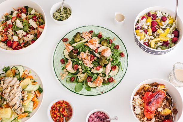 Helpot salaatit valmistuvat vaivatta niin kotikeittiössä kuin mökilläkin.
