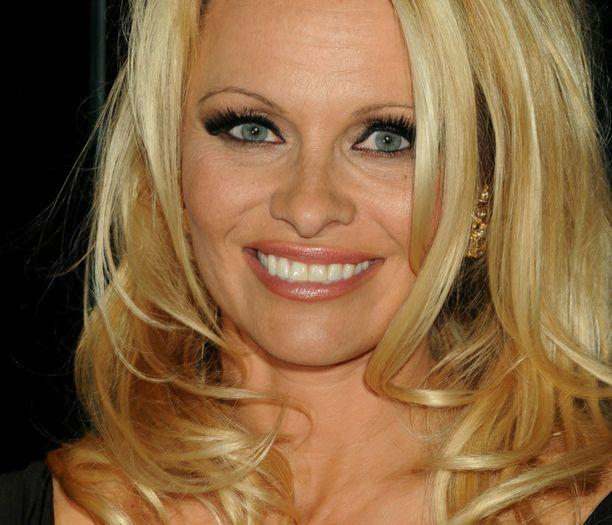 Pamela Anderson pistäytyy vieraana Intian Big Brother -talossa.