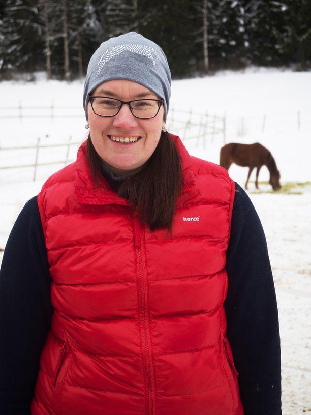 Aino, 35, pitää hevostilaa Hämeenkoskella.