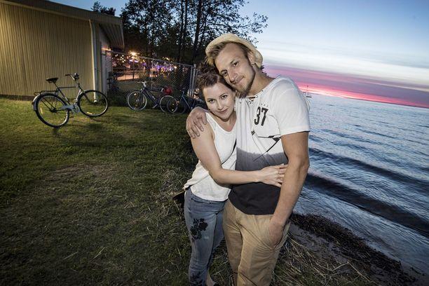 Meri ja Petteri tapasivat Tinderissä, mutta niin vaan hekin päätyivät perinteiselle tanssipaikalle.