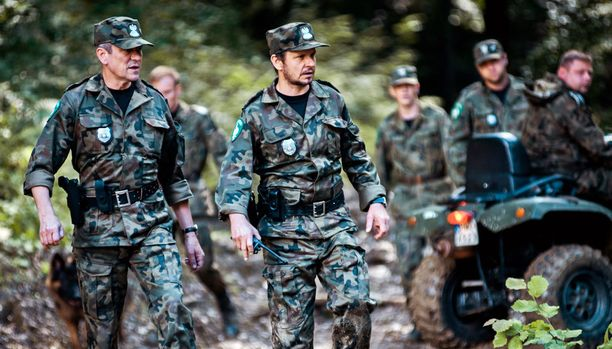 Pommi-iskun jälkeen rajavartioyksikkö järjestäytyy uudelleen, ja se saa myös uuden pomon, Konrad Markowskin (vas.).