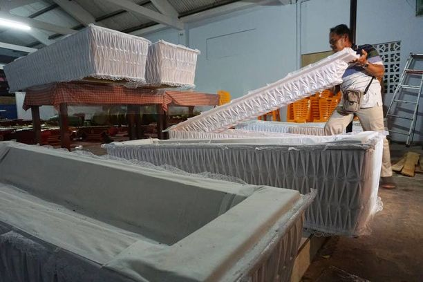 Työntekijä valmisteli teloitettaville arkkuja Cilacapin kirkon tiloissa Keski-Jaavalla.