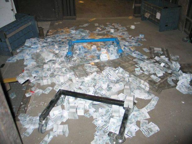 Turussa ryöstäjiltä jäi isot määrät seteleitä lojumaan Suomen Pankin lastauslaiturille helmikuussa 2007.
