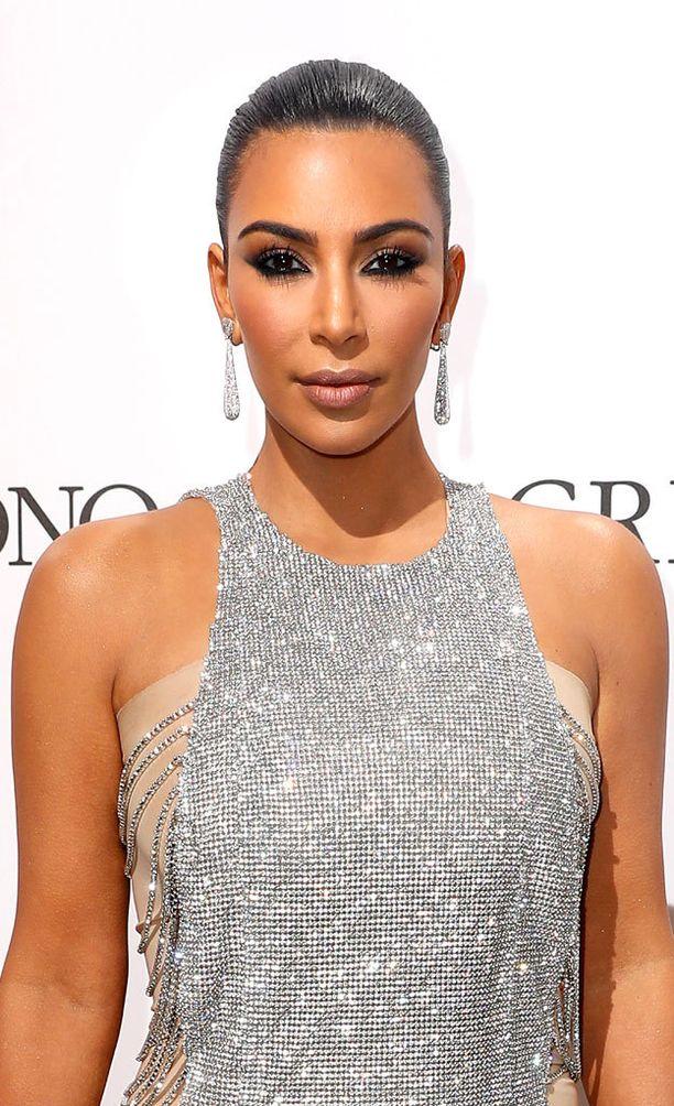 Tämä meikkaustyyli kannattaa unohtaa. Kim Kardashiankin on siirtynyt toisenlaiseen ehostustapaan.