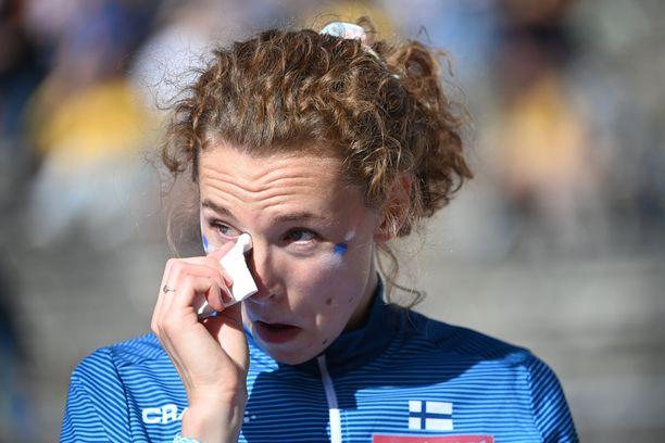 Ella Junnila liikuttui korkeuskisan jälkeen.
