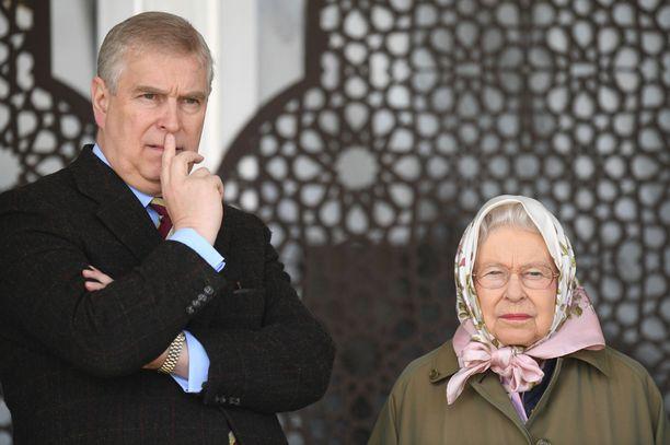Kuningatar Elisabet on ollut kovilla poikansa, prinssi Andrew'n kanssa.