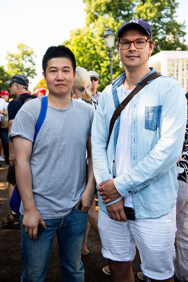 Mikael Uusivuori ja hänen kollegansa John pyörittävät omaa kulttuuri- ja lifestyle-kanavaa kiinalaisille. He olivat tekemässä materiaalia kanavalleen Esplanadin puistossa. Hän sanoo, että kiinalaisia kiinnostaa, miten paljon suomalaisia kiinnostaa huippukokous. Hän uskoo, että kiinalaisia ei niinkään kiinnosta itse kokous kovin paljon.