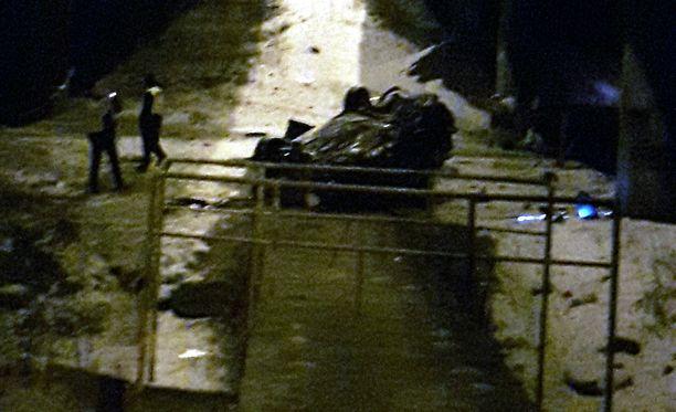 Auto putosi sillalta alas katolleen perjantaina Tampereella.