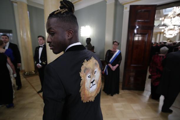 Vaasan nuorisovaltuuston puheenjohtaja Antonio Teca juhli asussa, jonka selkämyksestä tuijotti leijona.