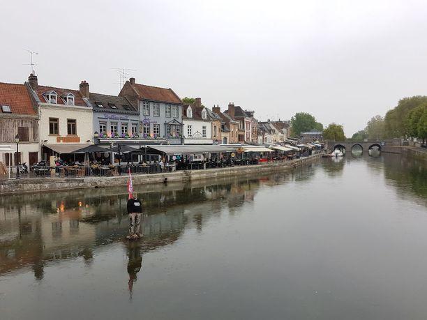Ranskan Venetsiaksikin mainostetussa Amiensissa Macron-huumaa ei näy. Sen sijaan kanavassa oleva patsas on verhottu Whirlpoolin sulkemista vastustavalla lipulla ja puserolla.