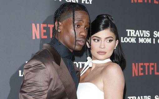 Kylie Jenner, 22 poltteli kannabista auton takapenkillä – mukana Ruisrock-keikkansa peruuttanut poikaystävä Travis Scott