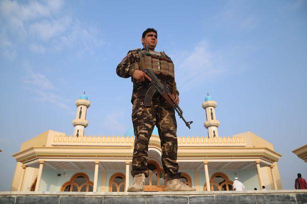 Afgaanisotilas vartiossa Id al-adha -juhlan aikaisen tulitauon aikana.