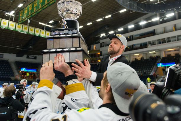 Mikko Manner pääsi torstaina pelaajiensa kultatuoliin.