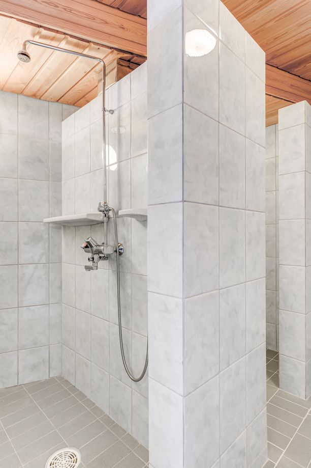 Alakerrassa on spa-henkinen saunaosasto.