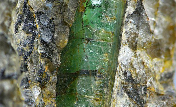 Kuvassa Kauhajoelta löytynyt smaragdi. Alun perin smaragdi oli kiinni jalkapallon kokoisessa pegmatiittilohkareessa. Kuvan näet suurempana tämän jutun lopussa.