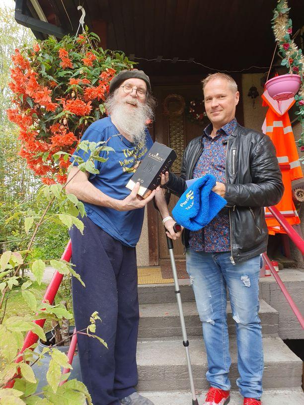 Tampereen perussuomalaisten valtuustoryhmän puheenjohtaja Lassi Kaleva toi Virtaselle konjakkipullon kiitoksena tämän poliittisesta urasta.