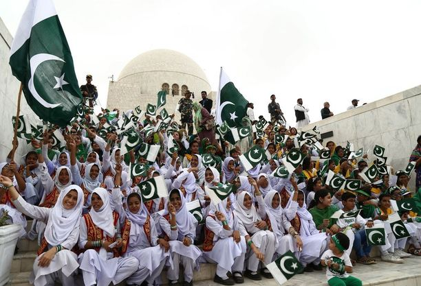 Pakistanilaiset tytöt kunnioittivat itsenäisyyttä maan perustajan mausoleumilla.