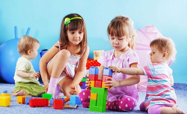 Professori Liisa Keltikangas-Järvisen mielestä vasta yli 2-vuotias pärjää kolmen-neljän lapsen ryhmässä. Silloin sosiaaliset taidot kehittyvät, ei vain aggressiivinen pärjääminen.