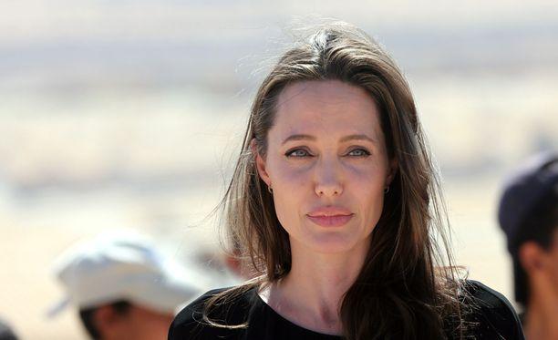Angelina Jolie petti miehensä avauduttua perheen yksityisongelmista työkavereilleen.