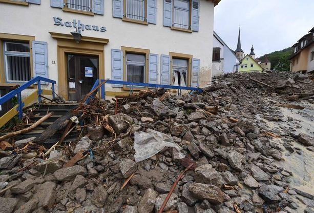 Braunsbachin kaupungintalon edusta täyttyi kivimurskasta.