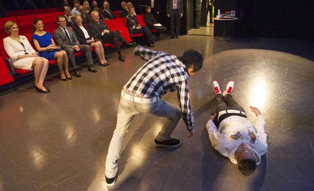 Vicotria ja Daniel seurasivat Kevin Tandun tanssiryhmän esitystä.